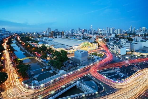 Paisaje urbano de bangkok que ve la estación de tren de bangkok o la estación de tren de hua lamphong Foto Premium