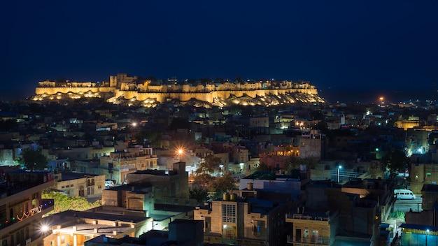 Paisaje urbano brillante en jodhpur al atardecer. el majestuoso fuerte encaramado en la cima dominando la ciudad azul. destino de viaje escénico y famosa atracción turística en rajasthan, india. Foto Premium