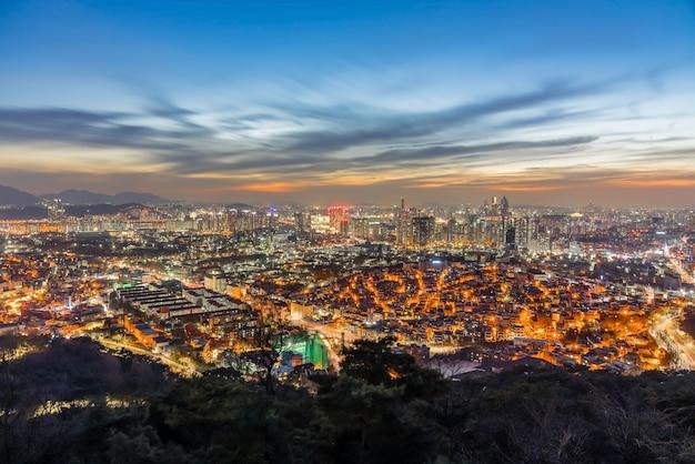 Paisaje urbano del centro de seúl iluminado en la noche Foto Premium
