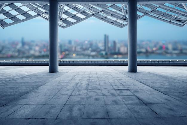 Paisaje urbano de la ciudad moderna al amanecer desde el piso vacío Foto Premium