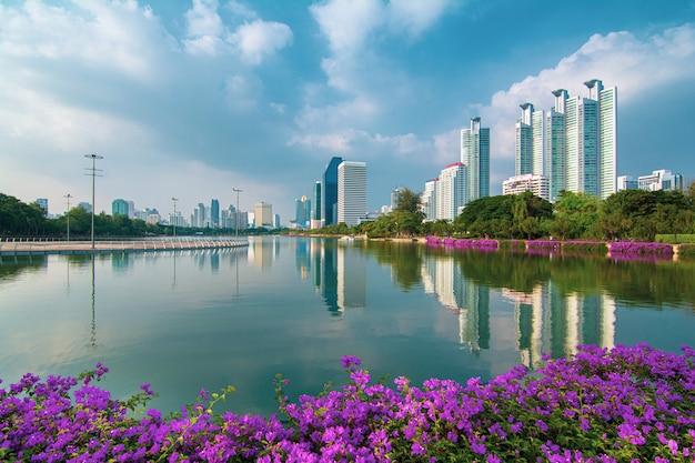 Paisaje urbano de edificios comerciales modernos en bangkok tomadas en el parque benjakitti en la mañana (bangkok, tailandia) Foto Premium