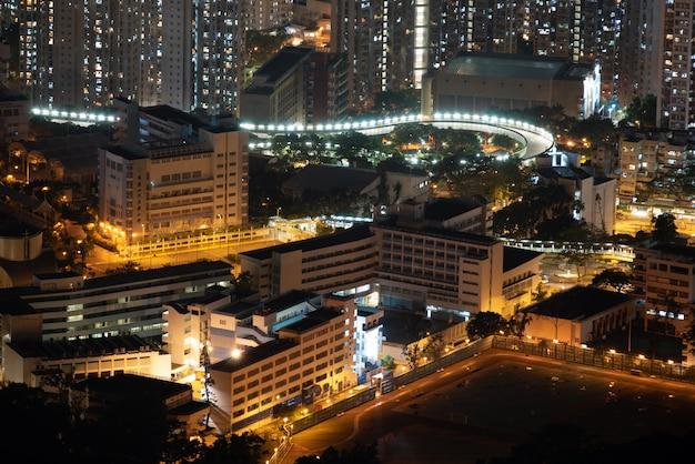 Paisaje urbano de hong kong en la noche, edificio rascacielos Foto Premium
