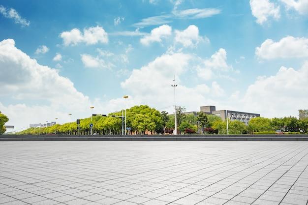 Paisaje urbano y el horizonte de chongqing en el cielo nube en la vista desde el suelo vacío Foto gratis