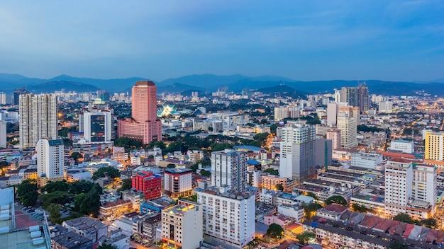 Paisaje urbano de kuala lumpur. vista panorámica del horizonte de la ciudad de kuala lumpur durante la salida del sol viendo la construcción de rascacielos y en malasia. Foto Premium