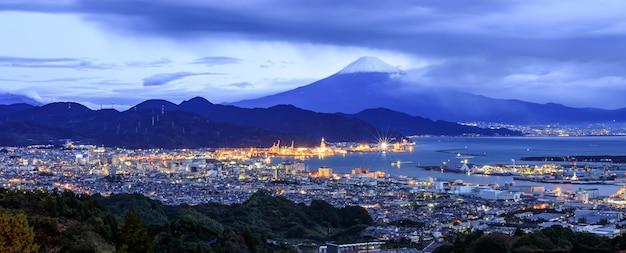Paisaje urbano panorámico y puerto de embarque con la montaña fuji, japón Foto Premium