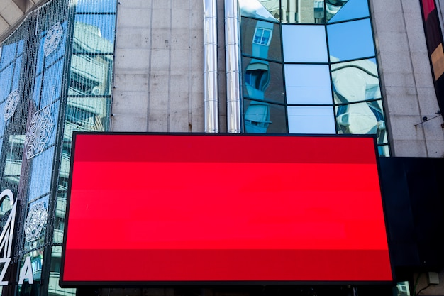 Paisaje urbano con pantalla publicitaria Foto gratis