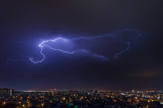 Paisaje urbano, tormentas eléctricas y relámpagos en el cielo. Foto Premium