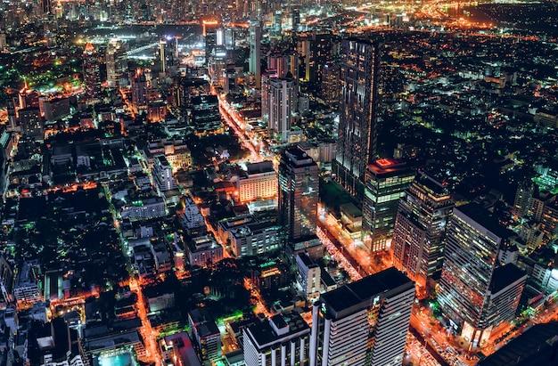 Paisaje urbano de tráfico ligero con rascacielos en metrópolis Foto Premium