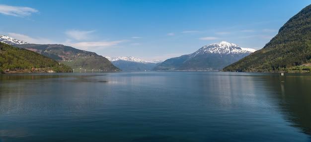 Paisajes escénicos de los fiordos noruegos. Foto gratis