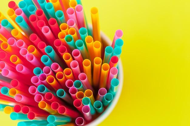 Pajitas de colores para bebidas refrescos en color Foto Premium
