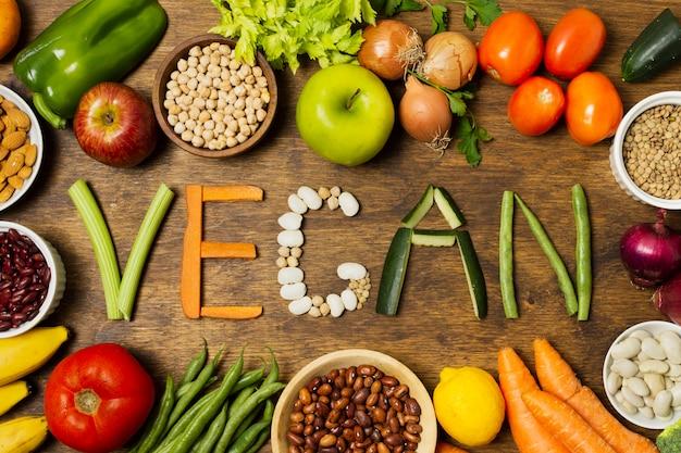 Palabra vegana plana con letras vegetales Foto gratis