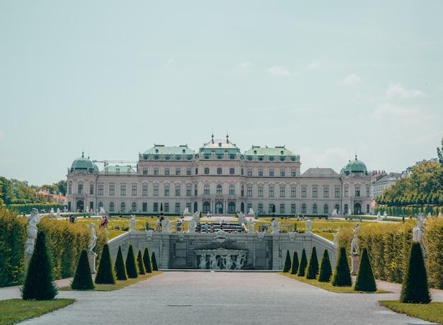 Palacio blanco con gran jardín Foto gratis