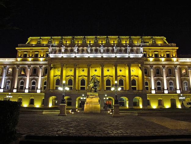 El palacio real de budapest en la noche Foto Premium