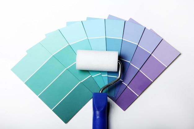 Paleta de colores, catálogo o esquema y rodillo Foto gratis