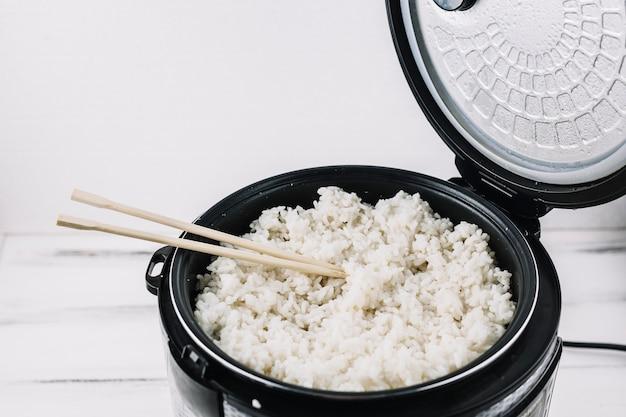 Palillos al vapor con arroz Foto gratis