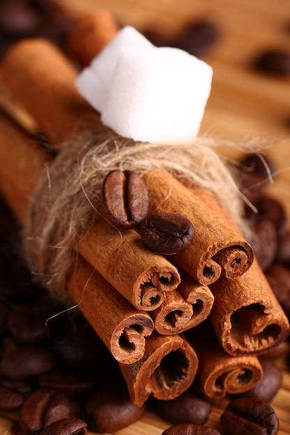 Palitos de canela y granos de café. Foto gratis