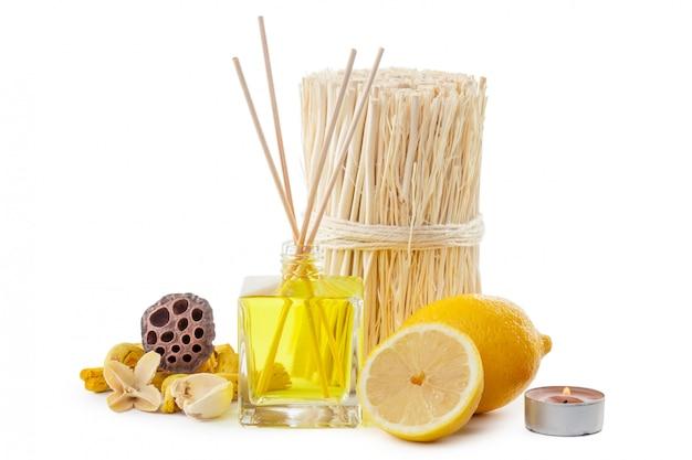 Palitos de fragancia o botella difusor de aroma con limón Foto Premium