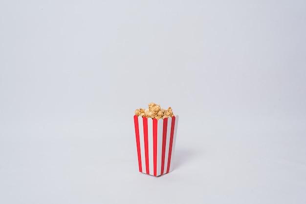 Palomitas de maíz de película en fondo aislado cubo rayado Foto Premium