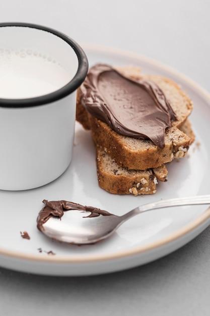 Pan de alto ángulo con crema de chocolate Foto gratis