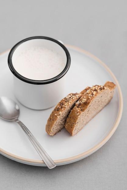 Pan de alto ángulo y leche Foto gratis