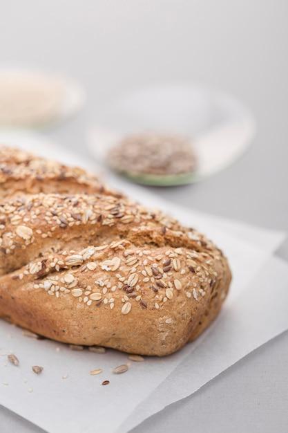 Pan de alto ángulo con semillas Foto gratis
