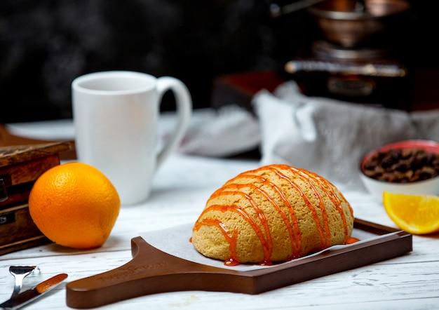 Pan blanco cubierto con jarabe de caramelo Foto gratis