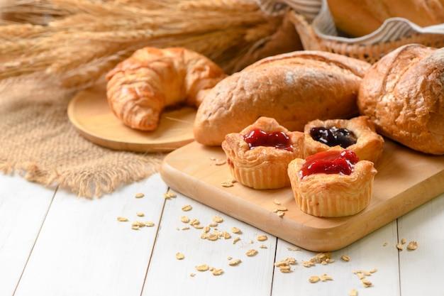 Pan danés con frutas, salsa de arándanos y cerezas. Foto Premium