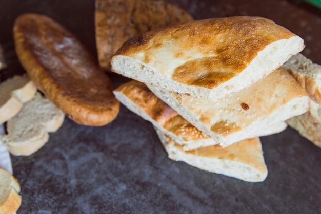 Pan delicioso en el tablero de la pizarra de cerca Foto gratis