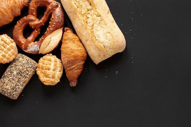 Pan y deliciosos croissants con espacio de copia Foto gratis