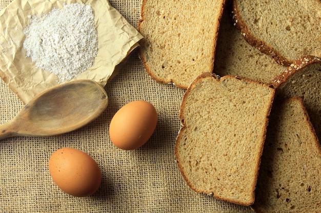 Pan ecológico artesanal elaborado con avena, huevos y semillas de lino. Foto Premium