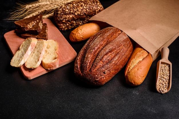 Pan fresco fragante con granos y conos. Foto Premium