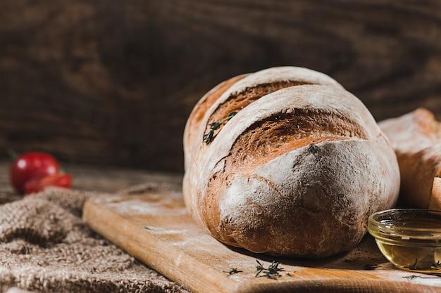 Pan fresco en la mesa Foto gratis