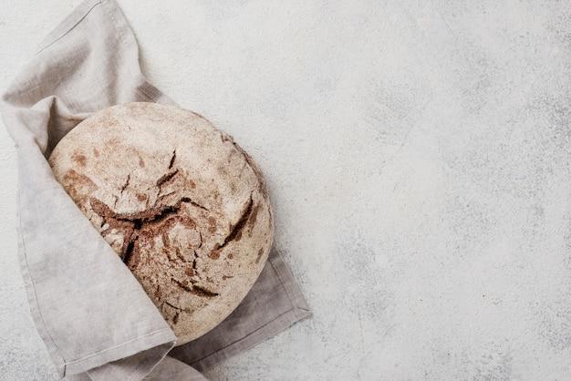 Pan integral minimalista envuelto en tela blanca Foto gratis