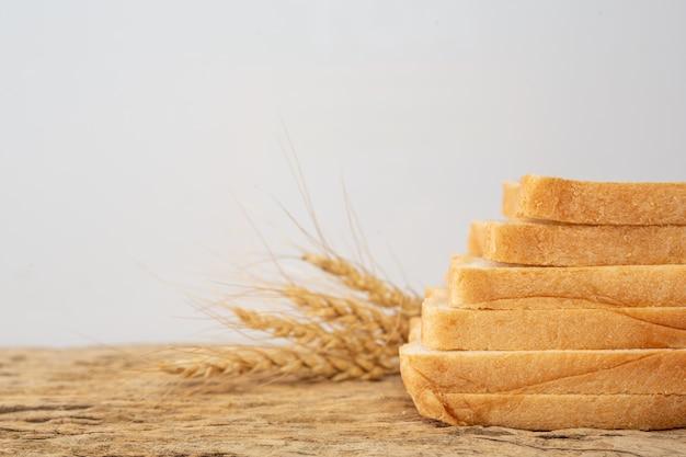 Pan en una mesa de madera en un piso de madera viejo. Foto gratis