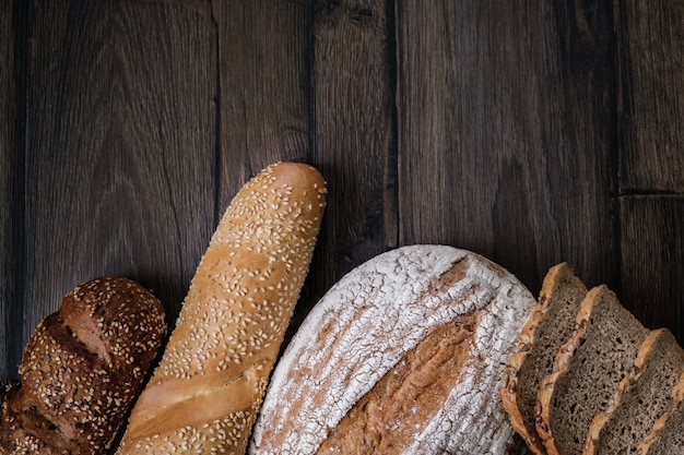 Pan de molde. surtido de diferentes tipos de pan. pan de molde Foto Premium