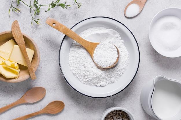 Pan plano para hornear con harina y productos lácteos Foto gratis