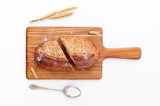 Pan rebanado en vista superior del tablero de madera Foto gratis