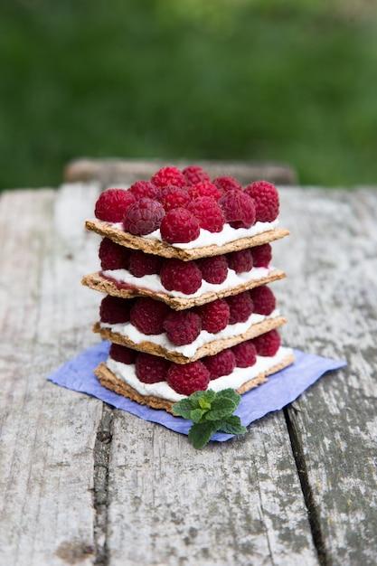 Pan con requesón y frambuesas frescas. Foto Premium