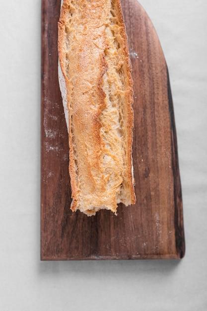 Pan sabroso en tabla de cortar Foto gratis
