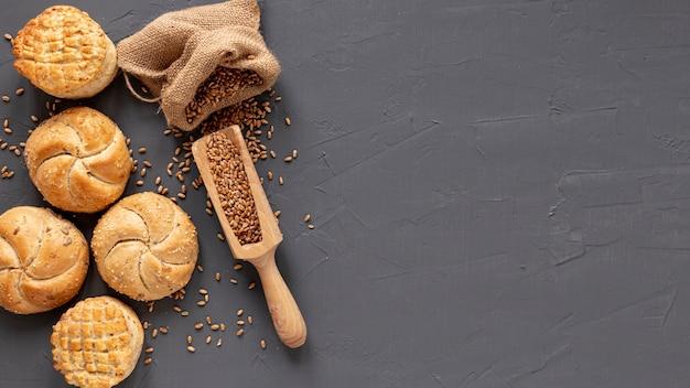 Pan con semillas y espacio de copia Foto gratis