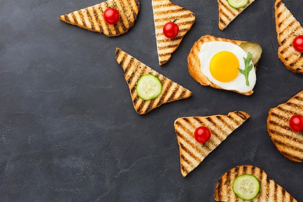 Pan tostado con ingredientes Foto gratis