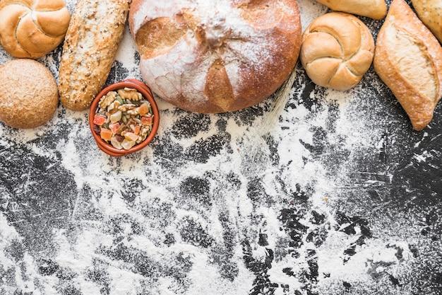 Panadería y aperitivos en la mesa con harina Foto gratis