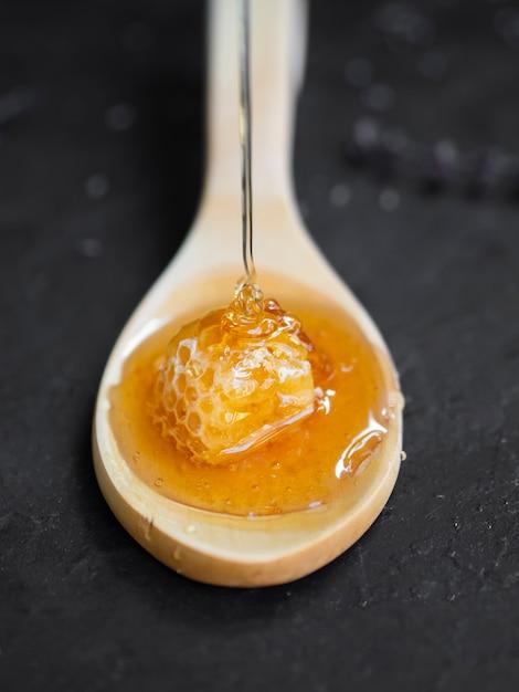 Panal dulce en cuchara de madera Foto gratis