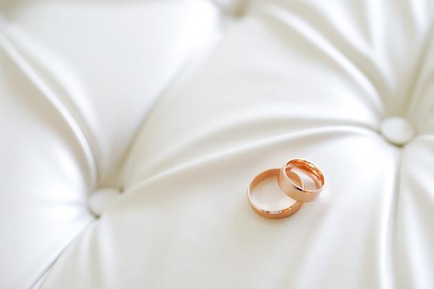 Pancarta panorámica de dos anillos de bodas de oro simbólicos de amor y romance Foto Premium