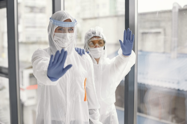 Pandemia de coronavirus covid-2019. traje de protección, gafas, guantes, máscara. Foto gratis