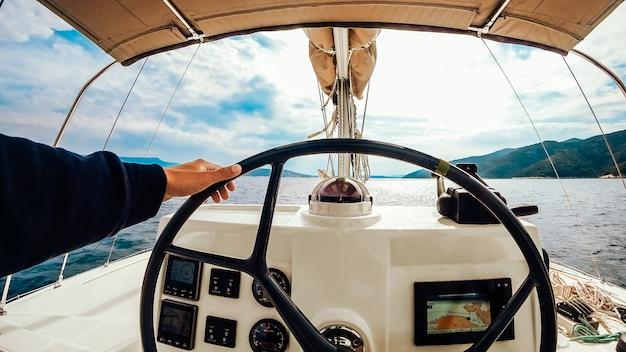 Panel de control del buque con volante en el puente del capitán Foto gratis