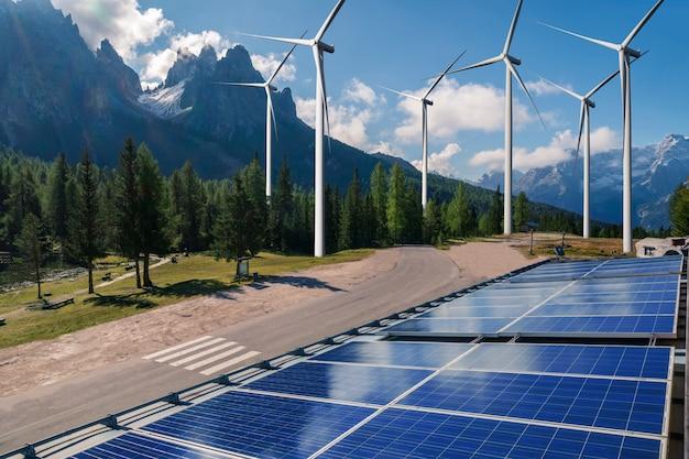 El panel solar y el aerogenerador cultivan energía limpia. Foto Premium