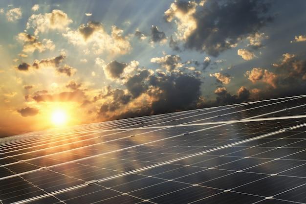 Panel solar con fondo de atardecer. Foto Premium