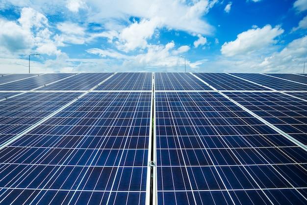 El panel solar en el fondo del cielo azul, concepto de la energía alternativa, energía limpia, energía verde. Foto Premium