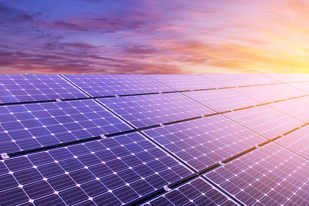 Panel solar en el fondo del cielo colorido y la luz del sol Foto Premium